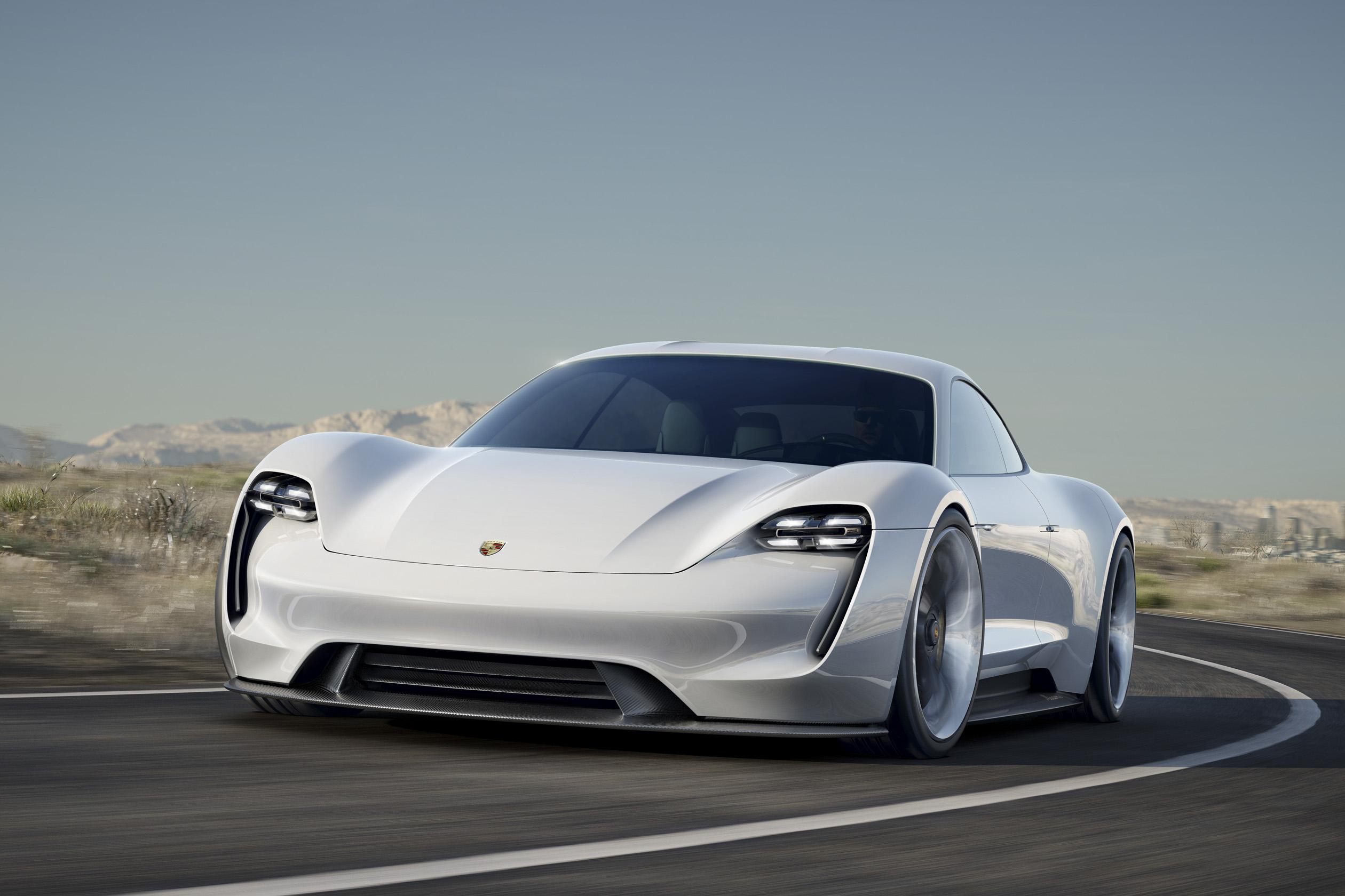 本届法兰克福国际车展见证了保时捷品牌历史上首款全电动四座概念跑车——Mission E。这一概念车型将保时捷令人心动的独特设计与出色性能融为一体,引人瞩目的首款800 V驱动系统具有超前实用性,四门设计搭配四个独立座椅,系统功率超过600 hp(440 kW),续航里程超过5&#48